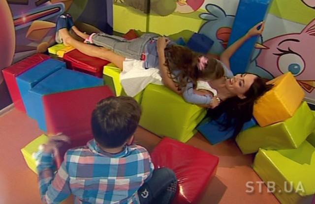 Участница шоу Холостяк-6 Наташа в игровой с детьми