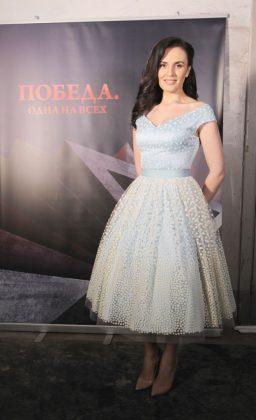 Мила Нитич в светлом платье миди
