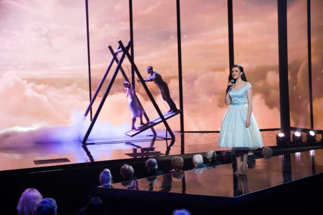 Мила Нитич в светлом платье миди на сцене