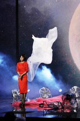 Злата Огневич в красном платье миди на сцене