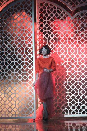 Злата Огневич в красном платье миди с красной фатой
