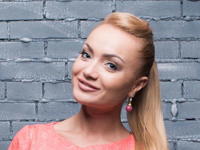 Ольга Жук из шоу Холостяк-5 в розовой кофте