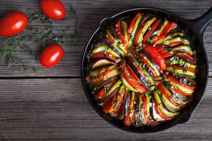 Овощной рататуй из помидор,баклажана,цукини, запеченный в чугунной сковороде