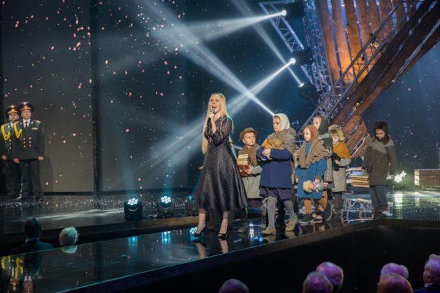 Певица Алеша черном платье на сцене