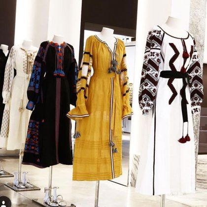 Платья-вышиванки на манекенах