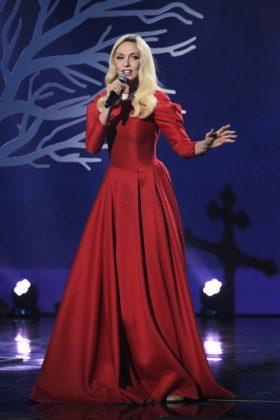 Ольга Полякова в красном закрытом макси-платье с белым воротничком