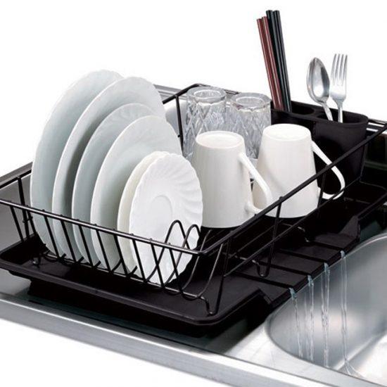 Белая посуда в посудомоечной машине