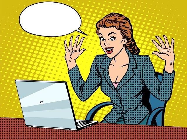 Счастливая леди- бизнесмен с ноутбуком