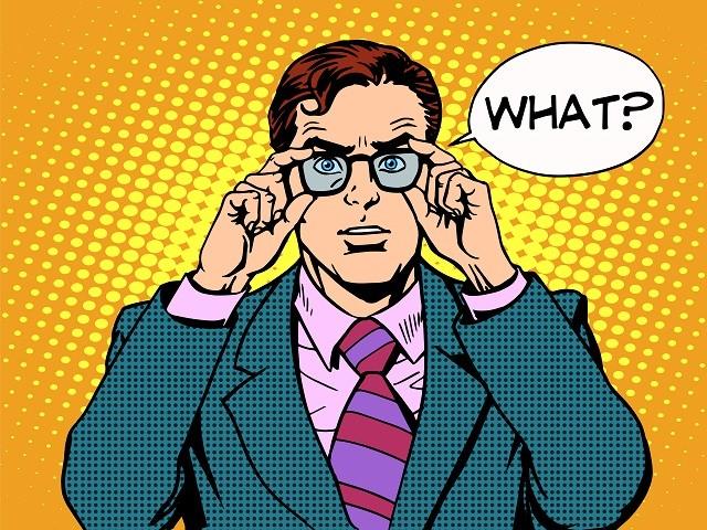 Удивленный бизнесмен держит очки