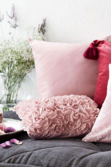 Розовые подушки на сером покрывале