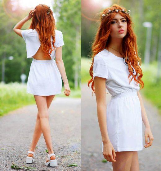 Рыжая девушка в белом платье