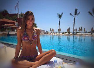 Первая победительница шоу «Холостяк» Саша Шульгина в купальнике у бассейна
