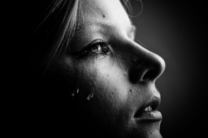 Слезы на лице удевушки