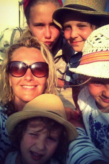 Телеведущая Снежана Егорова делает селфи с детьми
