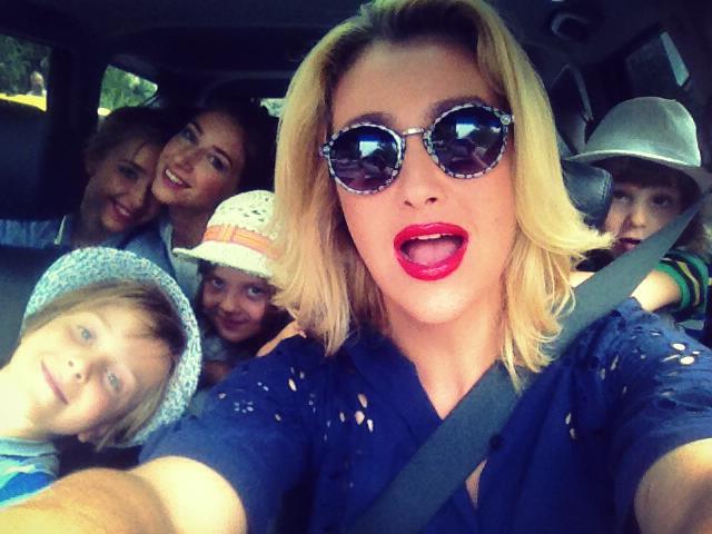 Телеведущая Снежана Егорова делает селфи в машине с детьми