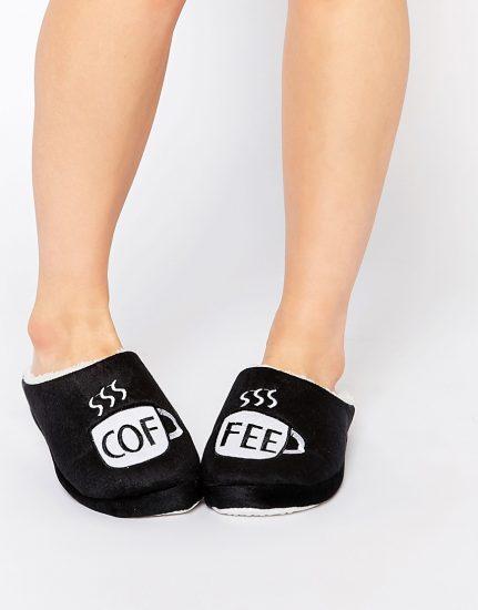 Черные домашние тапочки на женских ножках
