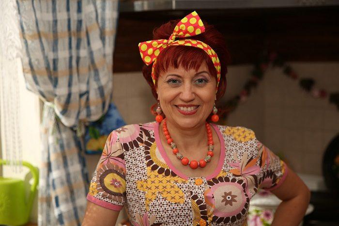 Актриса Татьяна Зиновенко в бусах, серьгах и повязке на голове