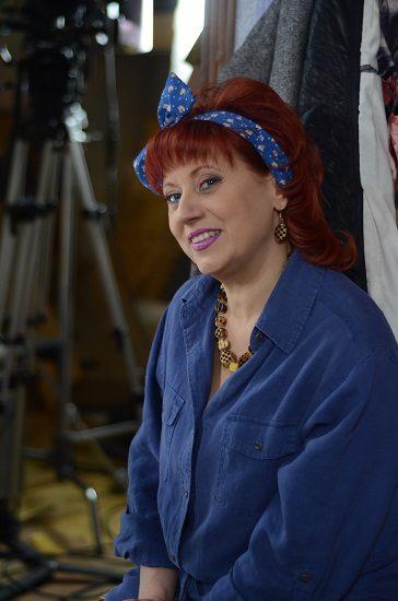 АктрисаТатьяна Зиновенко в синей рубашке и синей повязке на голове