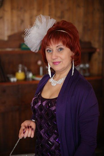 АктрисаТатьяна Зиновенко в фиолетовой кофте с белым бантом на голове