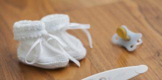 Тест на беременность,соска и детские вязаные тапочки