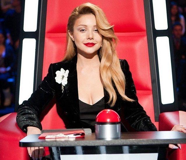 Тина Кароль в черном пиджаке на шоу Голоса Країни-6