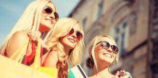 Три подруги с покупками