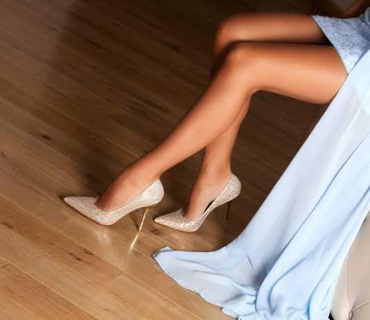Туфли на высоком каблуке на женских ножках