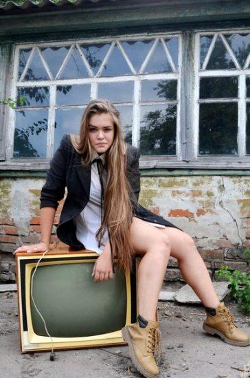 Суперфиналистка «Голос Країни - 6» Виталина Мусиенко сидит на телевизоре