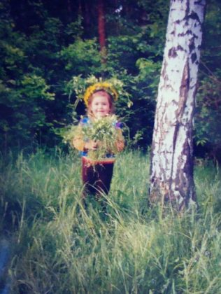 Суперфиналистка «Голос Країни - 6» Виталина Мусиенко в детстве с цветами