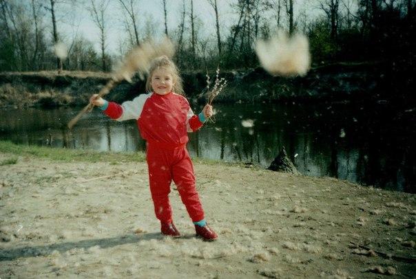 Суперфиналистка «Голос Країни - 6» Виталина Мусиенко в детсвте в красном комбинезоне