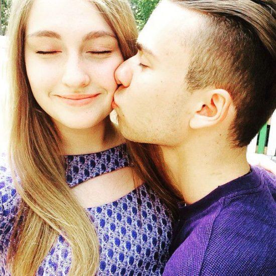 Суперфиналист «Голос Країни — 6» Владислав Каращук целует девушку