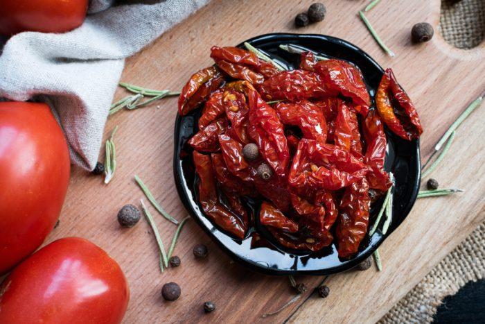 Вяленые помидоры на черной тарелке