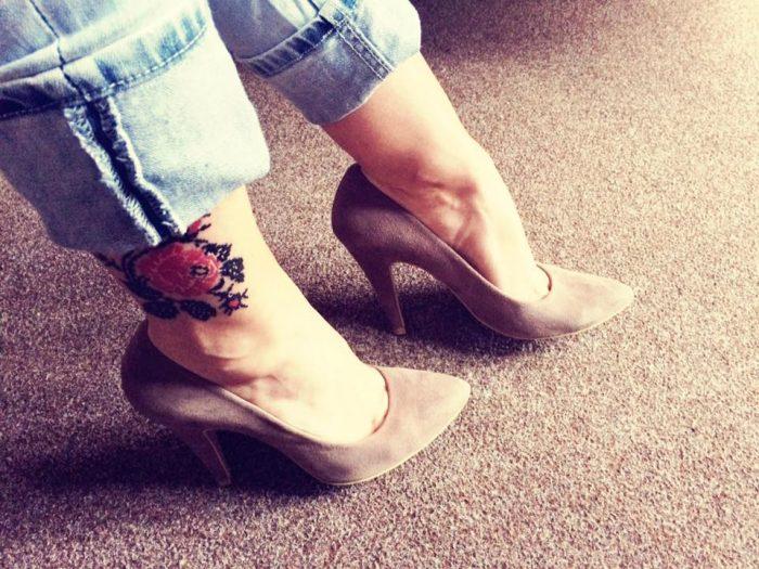 Телеведущая Юлия Шпачинская с тату в виже вышиванки на ноге