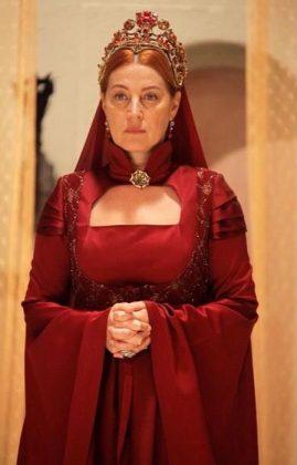 Женщина в красном платье с короной