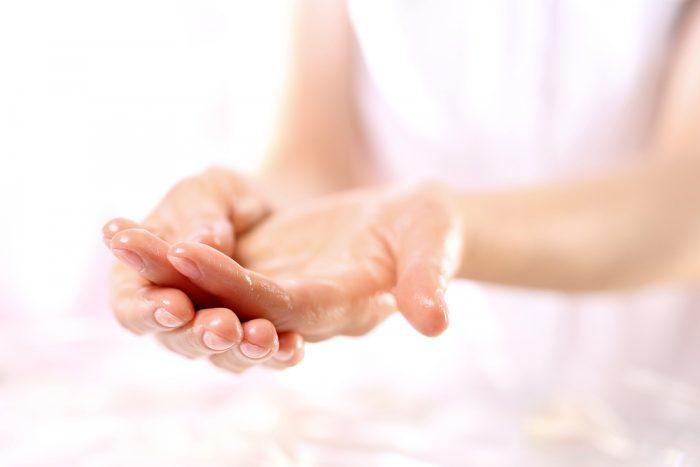 Женские руки в масле