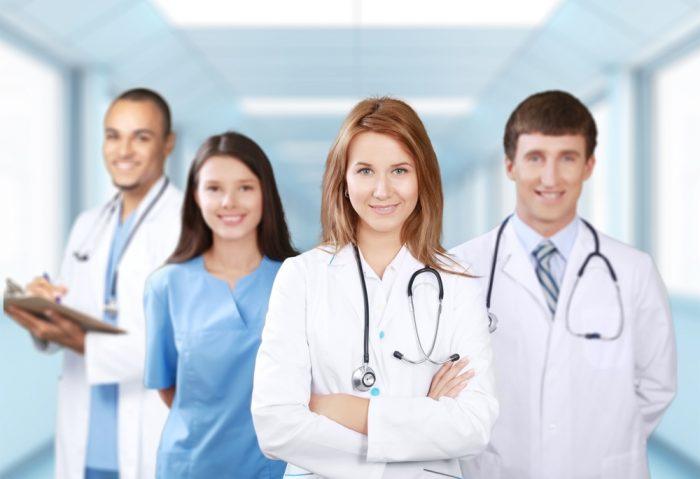 Доктора и медсестра в коридоре больницы