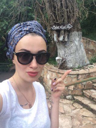 Анастасия Приходько в белой маке и в очках