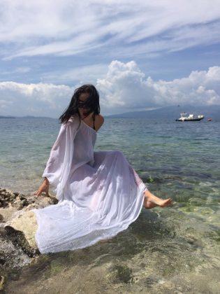 Анастасия Приходько в длинном белом платье у моря