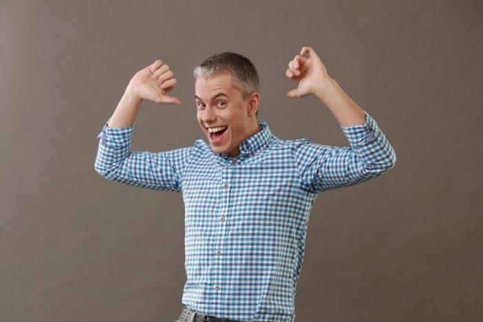 Андрей Доманский в клечатой рубашке