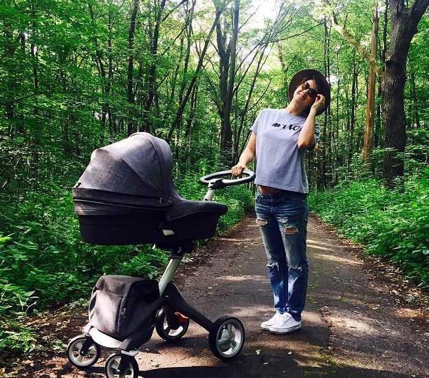 Анита Луценко с коляской в лесу