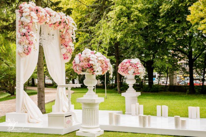 Арка для венчания в цветах со свечами