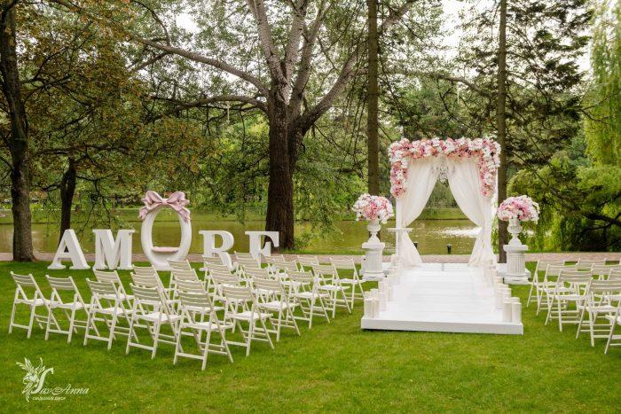 Арка для венчания в цветах у воды