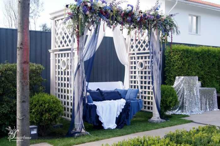 Синяя качель с аркой в цветах