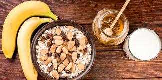 Бананы, миндаль, овсянка, мед, молоко на деревянной поверхности