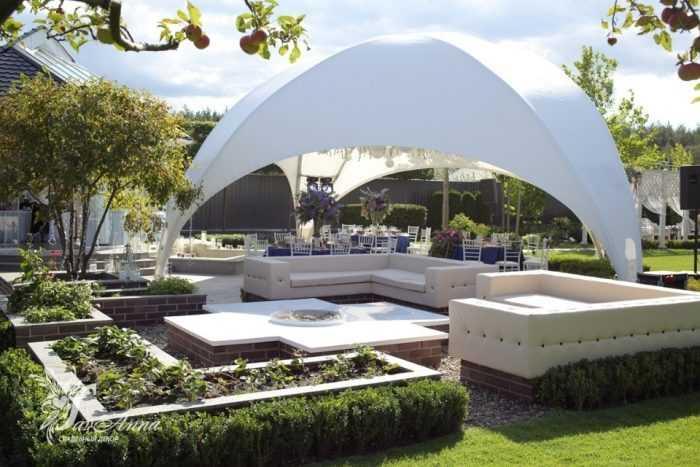 Белый шатер в саду