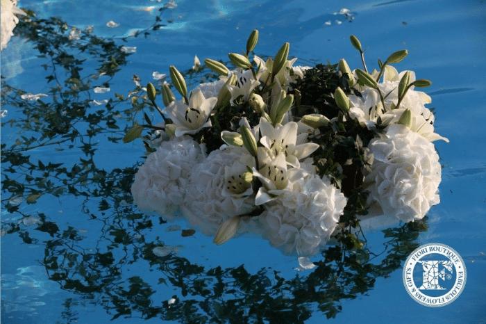 Белый венок из лилий в воде