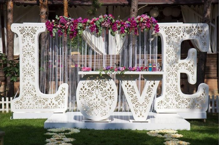 Большие белые буквы Love