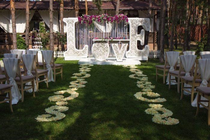 Большие белые буквы Love в саду