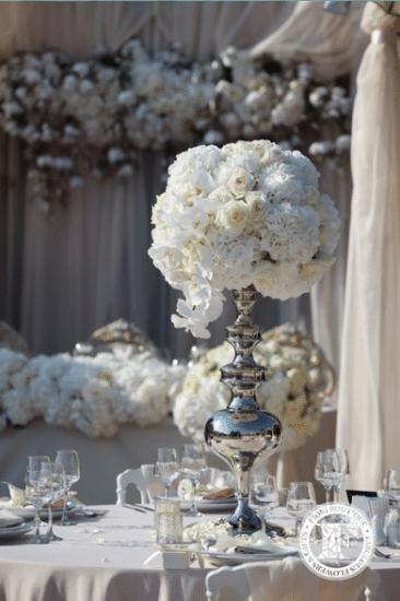 Белый свадебный венок в серебряной вазе