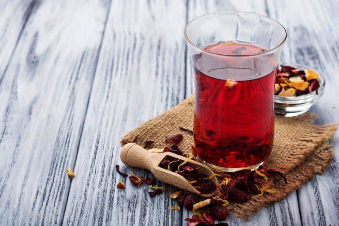 Красный чай с листьями гибискуса